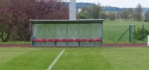 Neue Ersatzbank für die Heim - Mannschaft.....